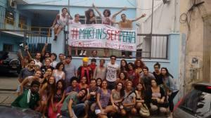 Estudantes resistem à falta de estrutura e protestam com faixas na porta da escola